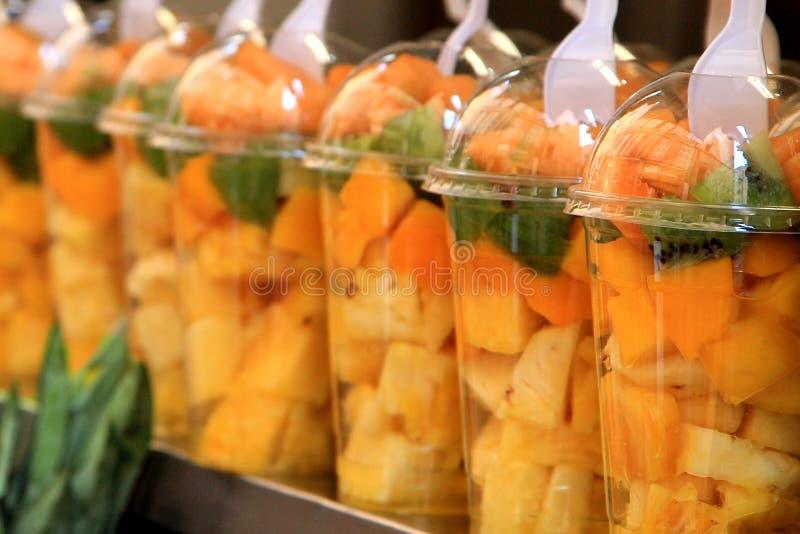 свежие фрукты коктеилов Свежие части плодоовощ в стеклах с мятой на верхней части здоровая жизнь стоковое изображение rf