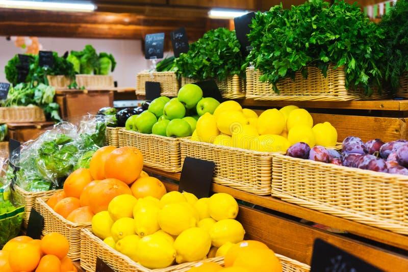 Свежие фрукты на деревянной стойке рынка мелкого крестьянского хозяйства стоковая фотография rf