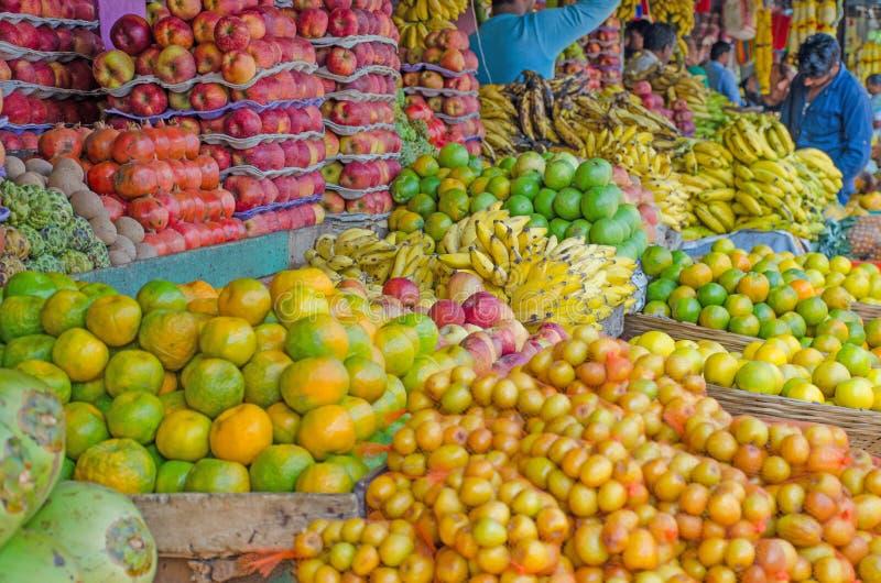 Свежие фрукты на продаже в банане яблок рынка оранжевом стоковые фотографии rf