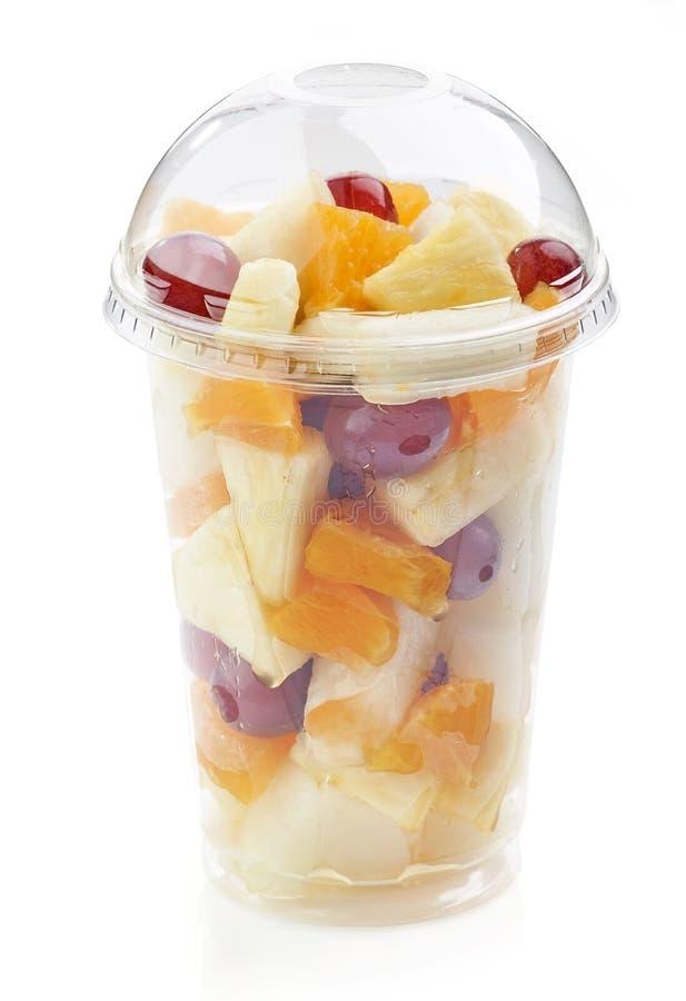 Свежие фрукты соединяют салат в пластичной чашке стоковые фото