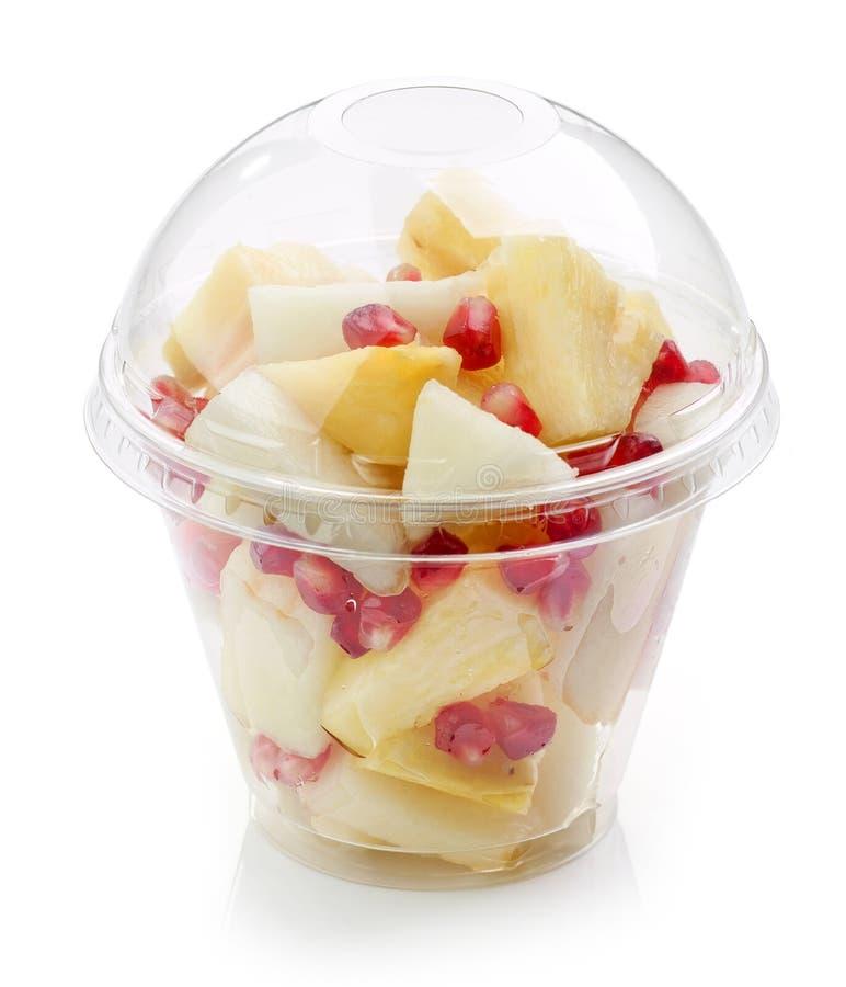 Свежие фрукты соединяют салат в пластичной чашке стоковые изображения rf