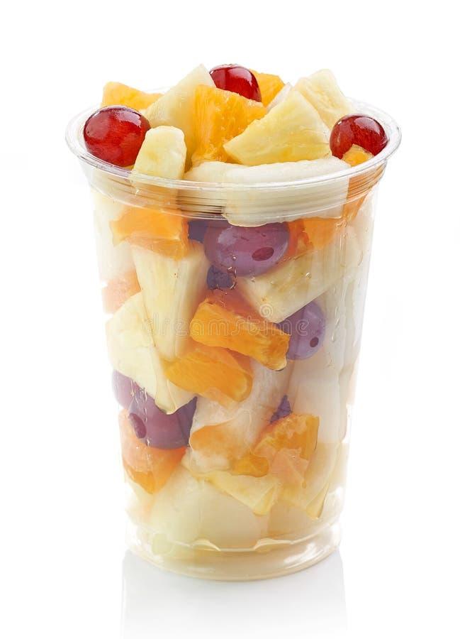 Свежие фрукты соединяют салат в пластичной чашке стоковое фото rf