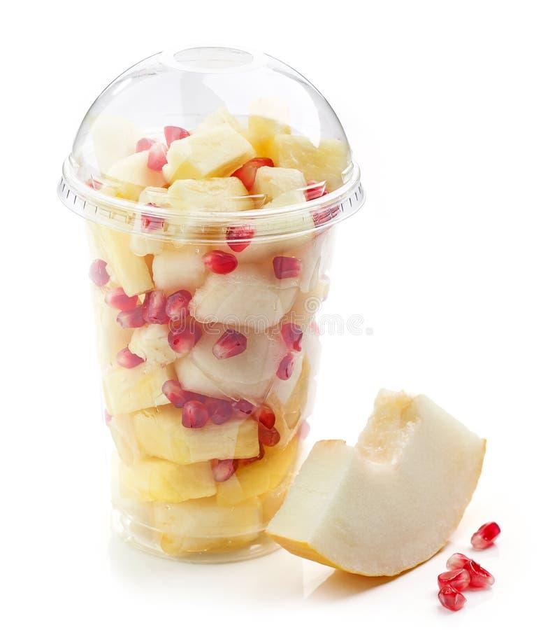 Свежие фрукты соединяют салат в пластичной чашке стоковая фотография