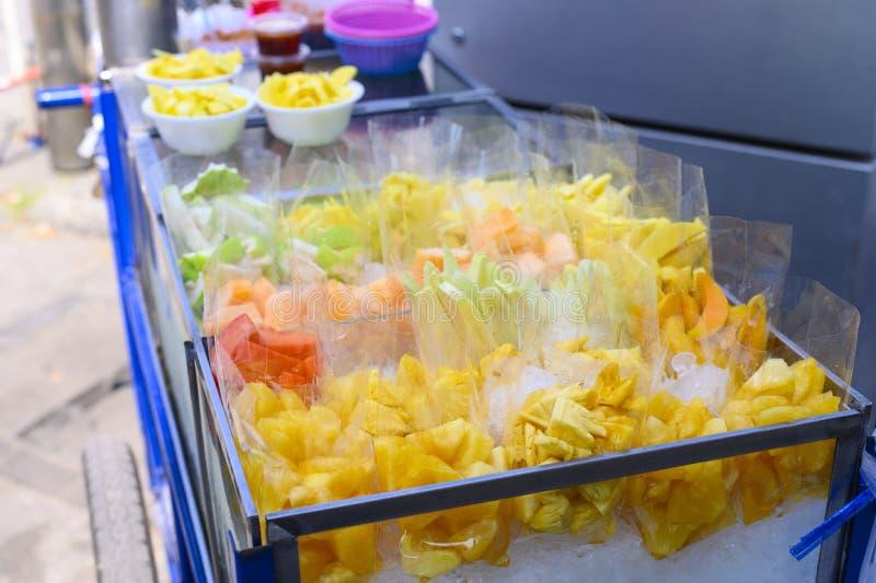 Свежие фрукты упакованные в тележке готовой для продажи на улицах в Таиланде стоковые фото