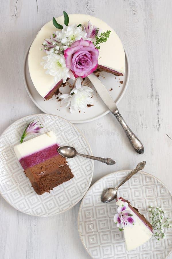 Свежие цветки украсили наслоенный торт стоковая фотография
