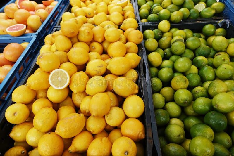 Свежие цитрусовые фрукты на рынке фермы в сборе приправляют стоковое фото rf