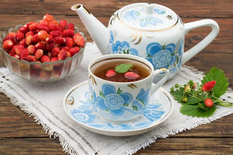 Свежие чай и клубники клубники стоковая фотография