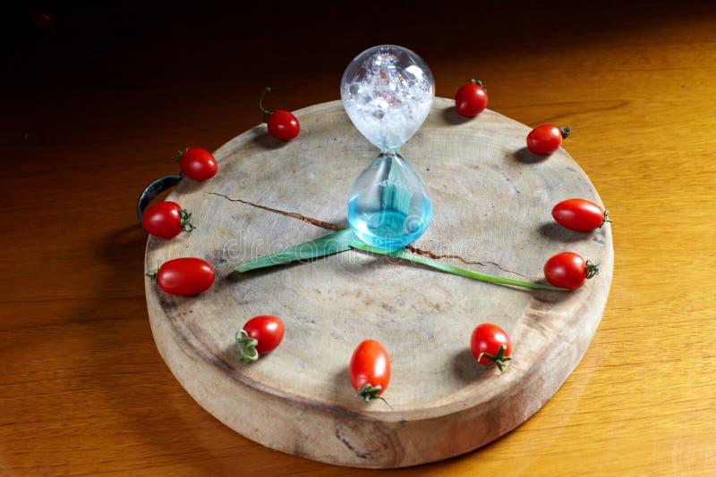 Свежие часы томата вишни стоковые фотографии rf