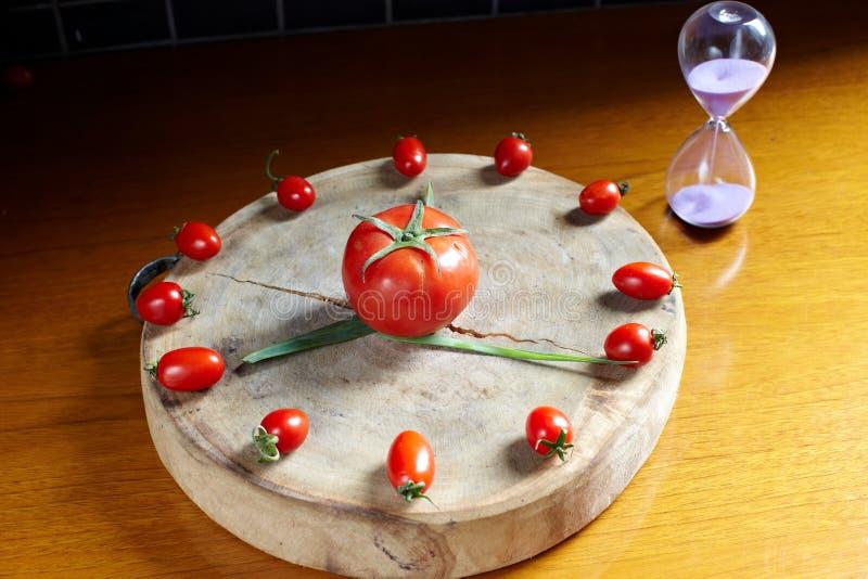 Свежие часы томата вишни стоковые фото