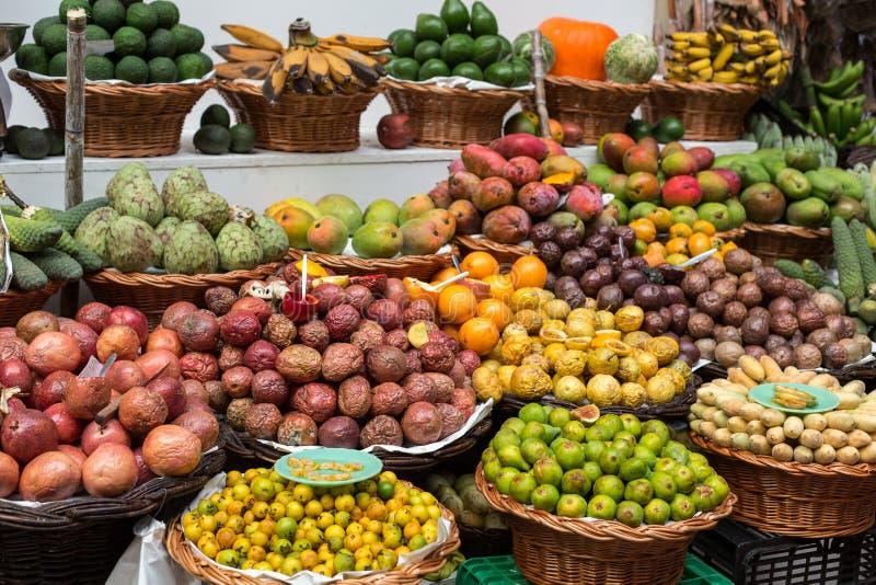 Свежие экзотические плодоовощи в Dos Lavradores Mercado Фуншал, Мадейра, стоковое изображение rf