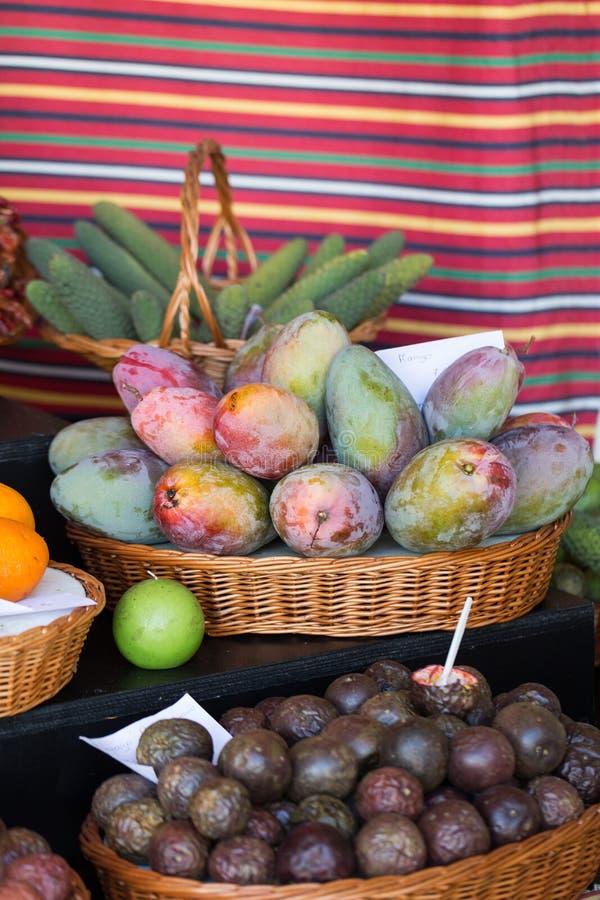 Свежие экзотические плодоовощи в Dos Lavradores Mercado funchal Мадейра стоковые фотографии rf