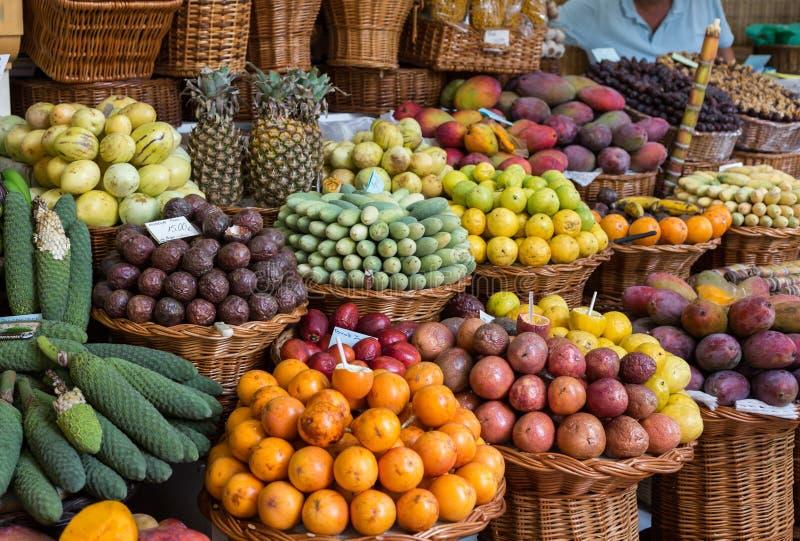Свежие экзотические плодоовощи в Dos Lavradores Mercado funchal Мадейра стоковое фото