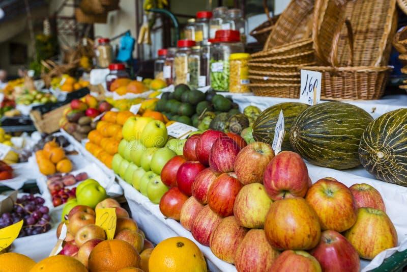Свежие экзотические плодоовощи в Dos Lavradores Mercado Фуншал, Мадейра, стоковая фотография