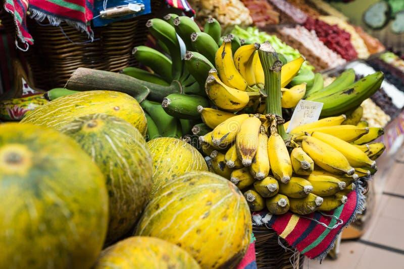 Свежие экзотические плодоовощи в Dos Lavradores Mercado Фуншал, Мадейра, стоковые изображения