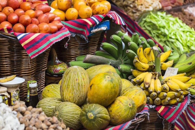 Свежие экзотические плодоовощи в Dos Lavradores Mercado Фуншал, Мадейра, стоковая фотография rf