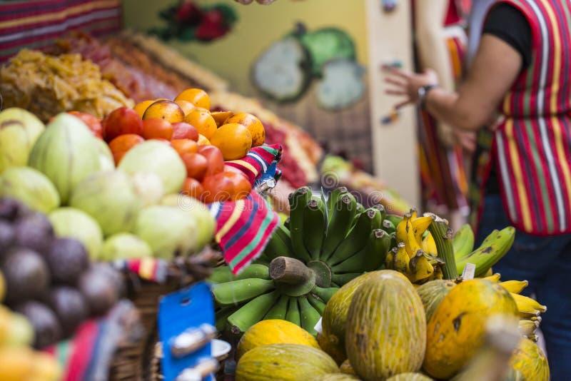 Свежие экзотические плодоовощи в Dos Lavradores Mercado Фуншал, Мадейра, стоковые фотографии rf