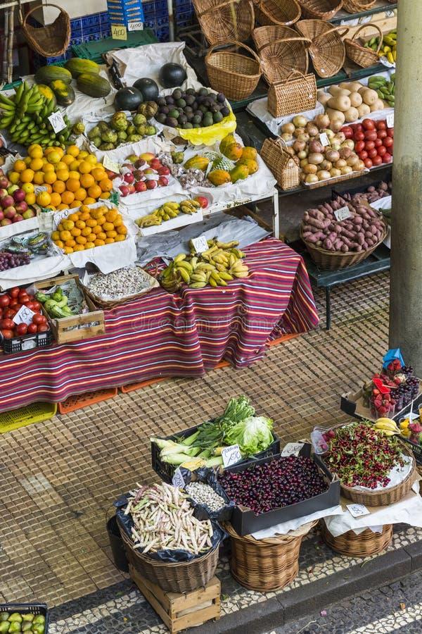 Свежие экзотические плодоовощи в Dos Lavradores Mercado Фуншал, Мадейра, стоковое изображение