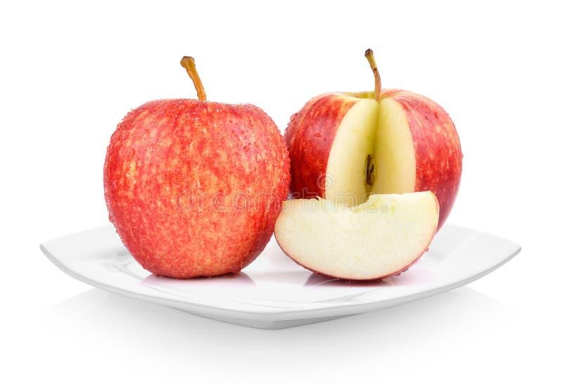 Свежие яблоки в белой плите на белой предпосылке стоковые фотографии rf