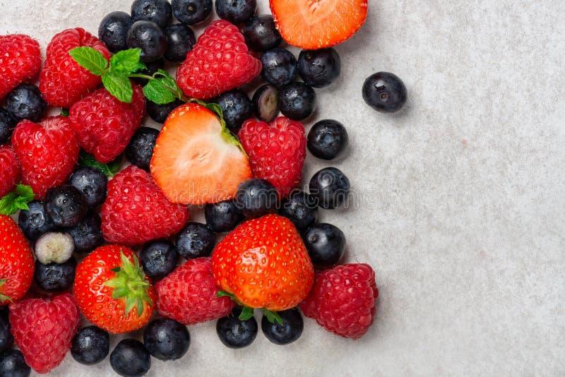 Свежие ягоды лета как голубики, клубники, поленики стоковая фотография rf