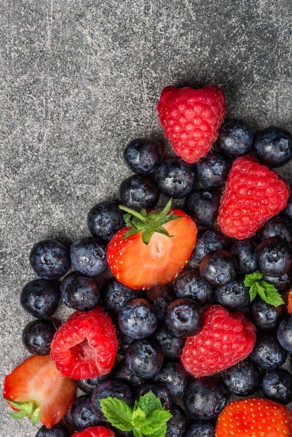 Свежие ягоды лета как голубики, клубники, поленики стоковые изображения rf