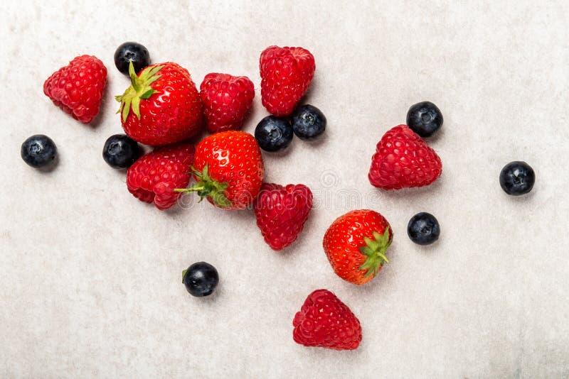 Свежие ягоды лета как голубики, клубники, поленики стоковое изображение rf