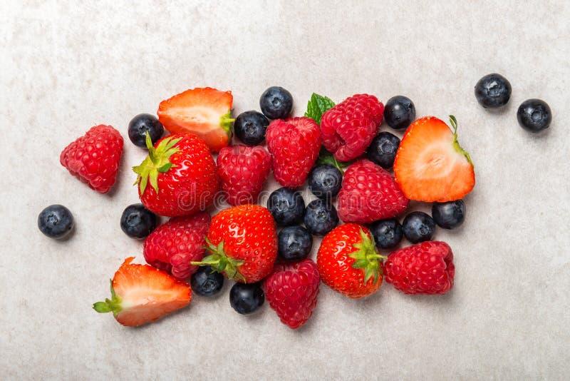Свежие ягоды лета как голубики, клубники, поленики стоковое изображение
