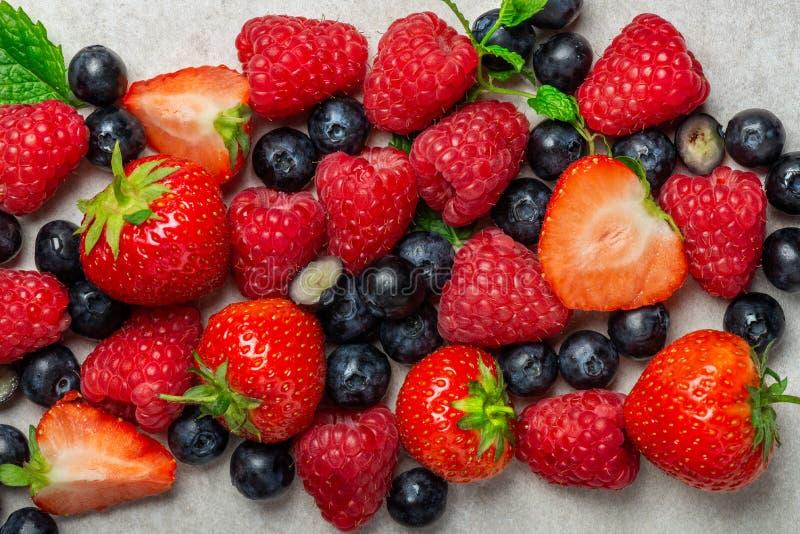 Свежие ягоды лета как голубики, клубники, поленики стоковое фото rf