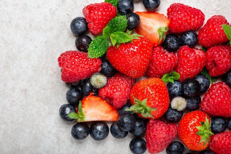 Свежие ягоды лета как голубики, клубники, поленики стоковые изображения