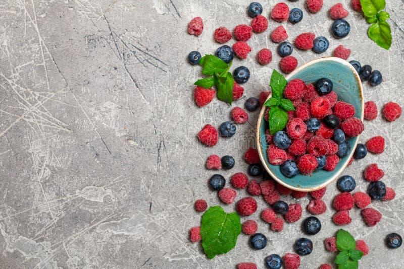 Свежие ягоды лета в винтажном шаре стоковые изображения