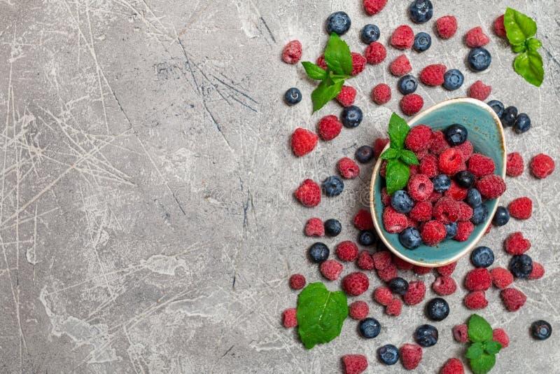 Свежие ягоды лета в винтажном шаре стоковые фото