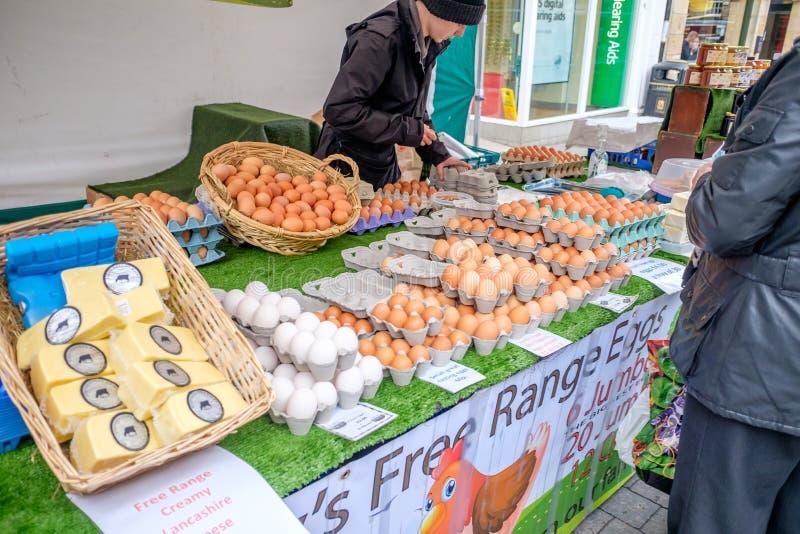 Свежие яичка на рынке в Ланкастере Великобритании стоковое фото