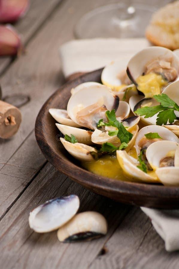 Свежие clams куколя (Венера, Meretrix) с соусом вина португальско стоковое изображение