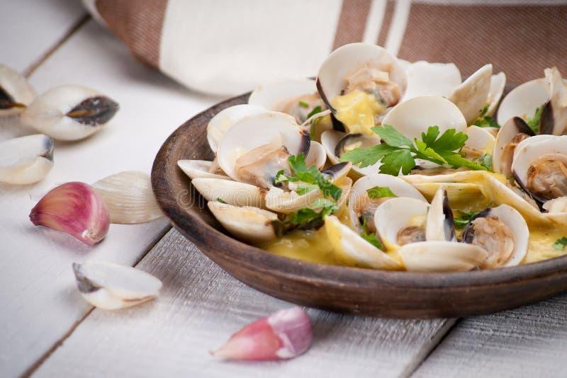 Свежие clams куколя (Венера, Meretrix) с соусом вина португальско стоковые изображения