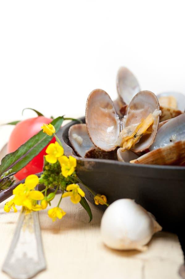 Свежие clams на железном skillet стоковая фотография rf