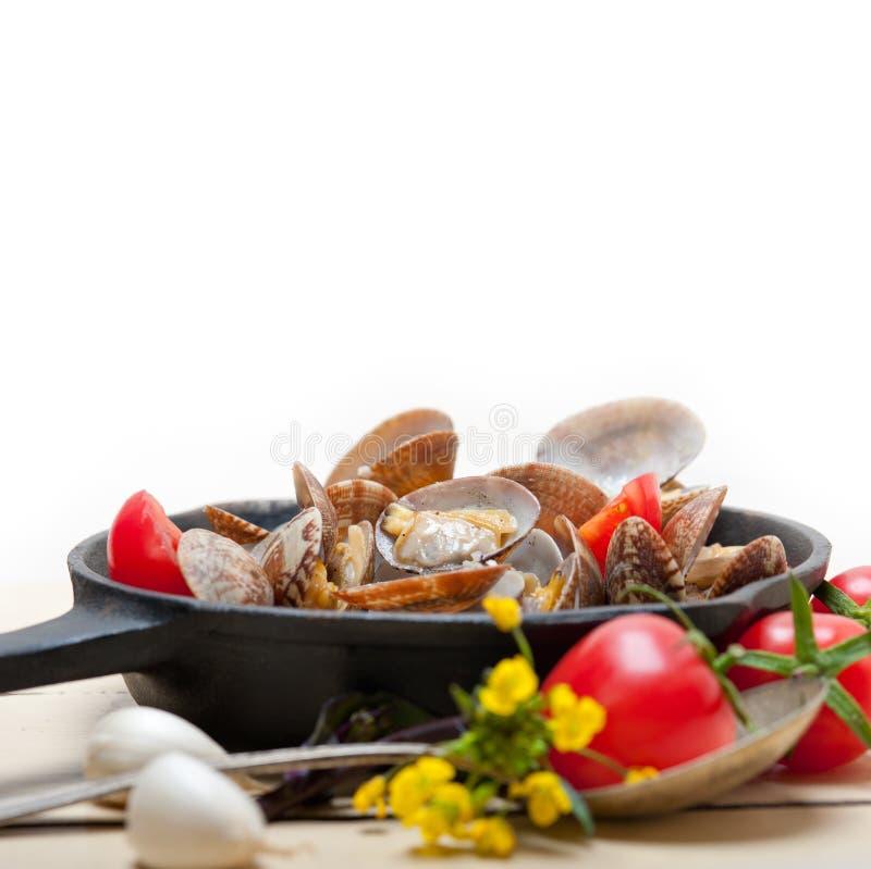Свежие clams на железном skillet стоковая фотография