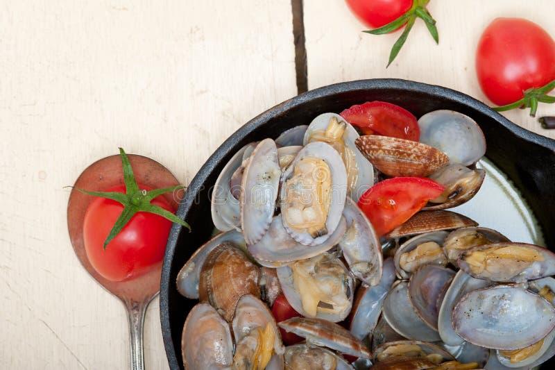 Свежие clams на железном skillet стоковое изображение rf
