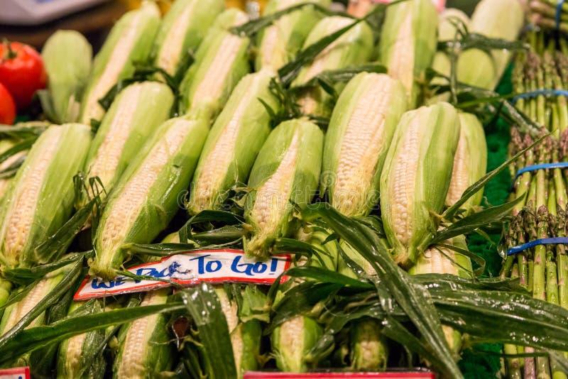 Свежие corns на vegetable стойке в рынке места Pike, Сиэтл стоковые фото