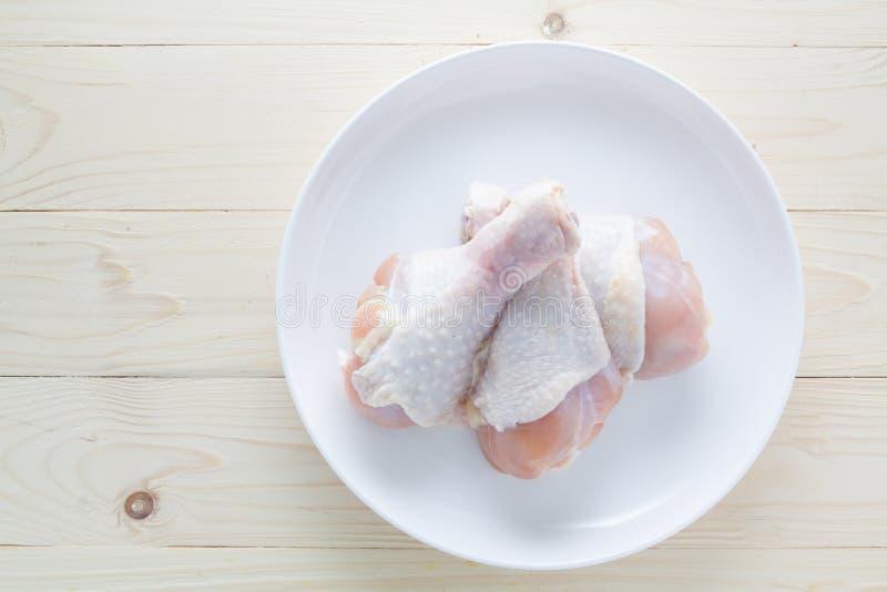 Свежие drumsticks цыпленка с плитой стоковая фотография