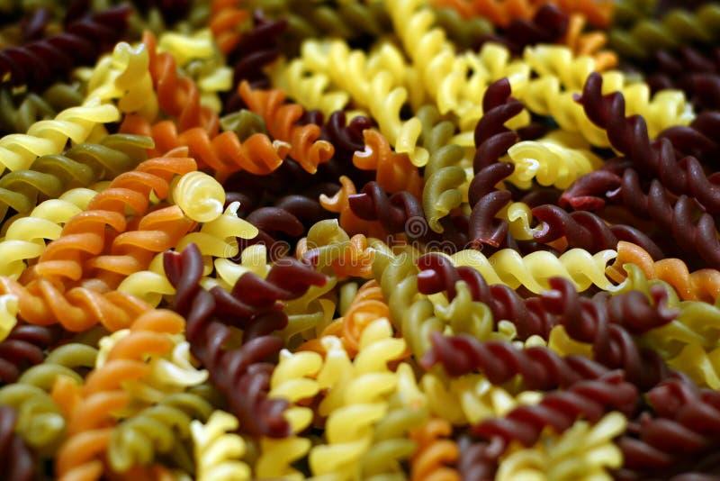 свежие multicolor twirls макаронных изделия стоковые фото