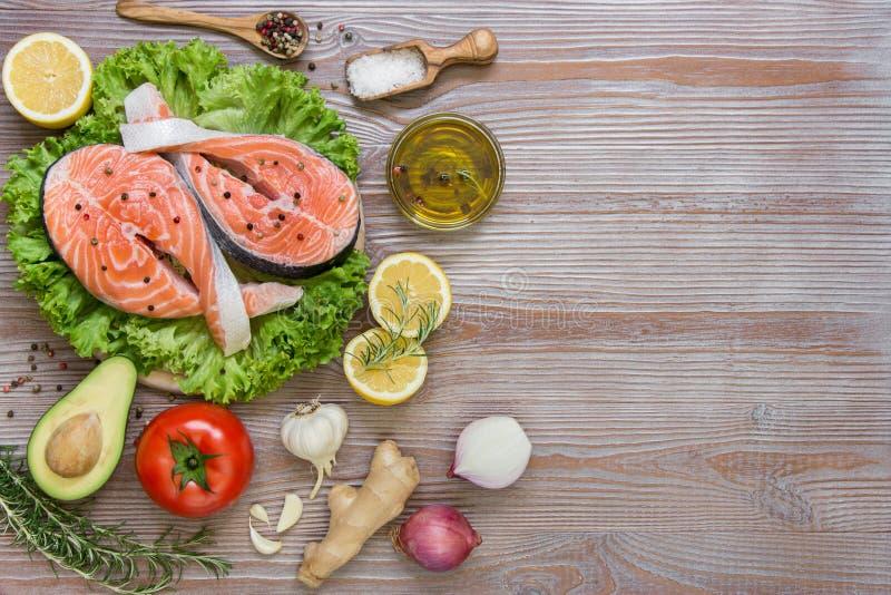 Свежие salmon филе с сезонными овощами и специями стоковое фото rf