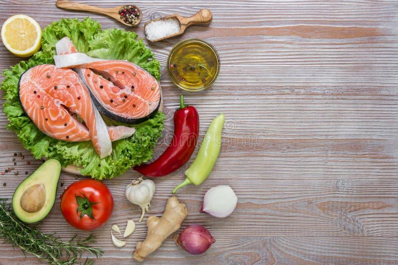 Свежие salmon филе с сезонными овощами и специями стоковое изображение