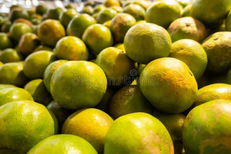 Свежие tangerines на стойле рынка, конец вверх по focusl стоковое фото