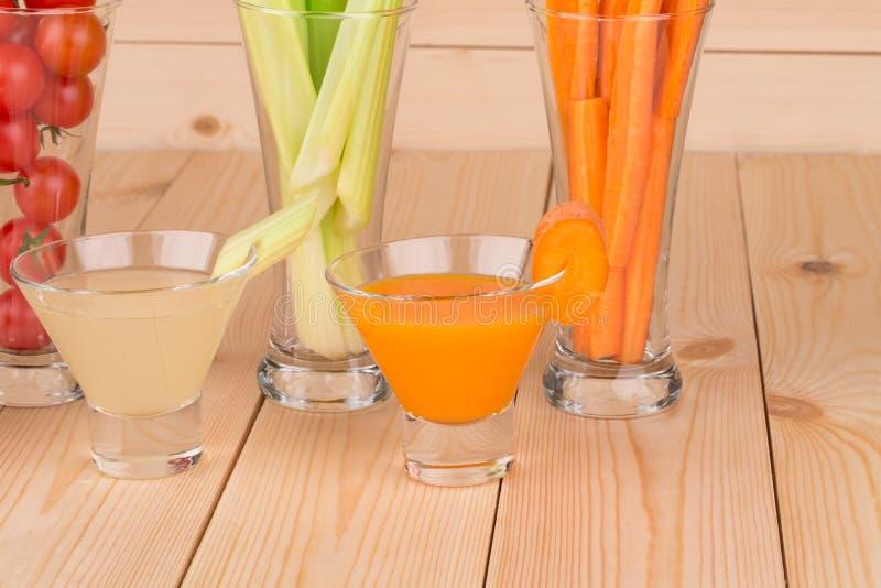 Свежие vegetable соки на таблице стоковое изображение