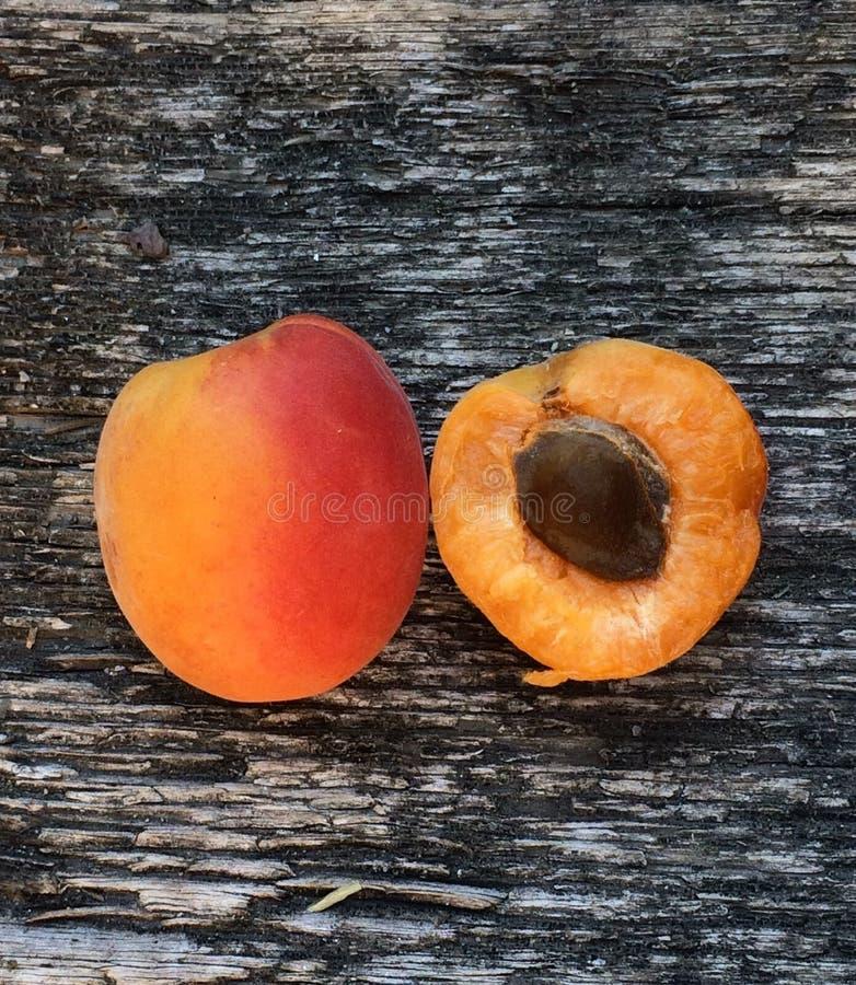 Свежий абрикос с семенем и всем плодом абрикоса на деревянной предпосылке стоковое фото
