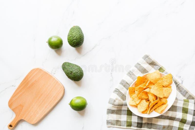 Свежий авокадо, известка лежа на мраморной предпосылке Рецепт для партии Cinco de Mayo Взгляд сверху, надземное, плоское положени стоковое изображение rf