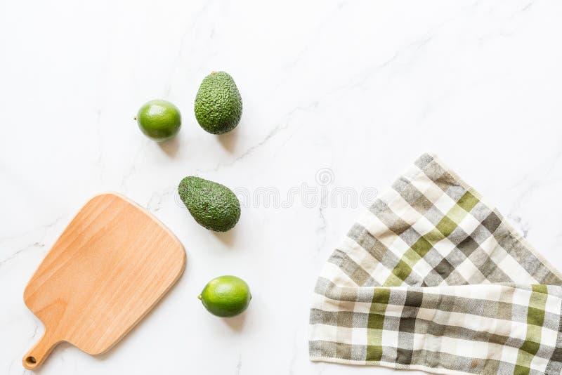 Свежий авокадо, известка лежа на мраморной предпосылке Рецепт для партии Cinco de Mayo Взгляд сверху, надземное, плоское положени стоковые фото