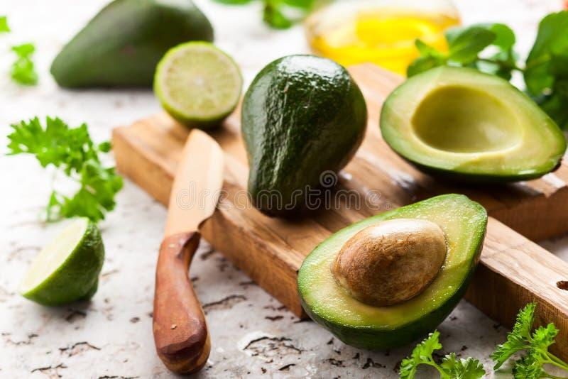 Свежий авокадо на деревянной доске стоковые фото
