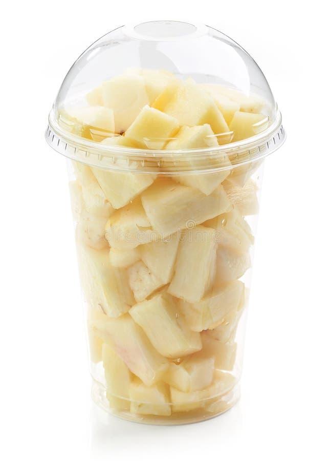 Свежий ананас соединяет салат в пластичной чашке стоковые фото