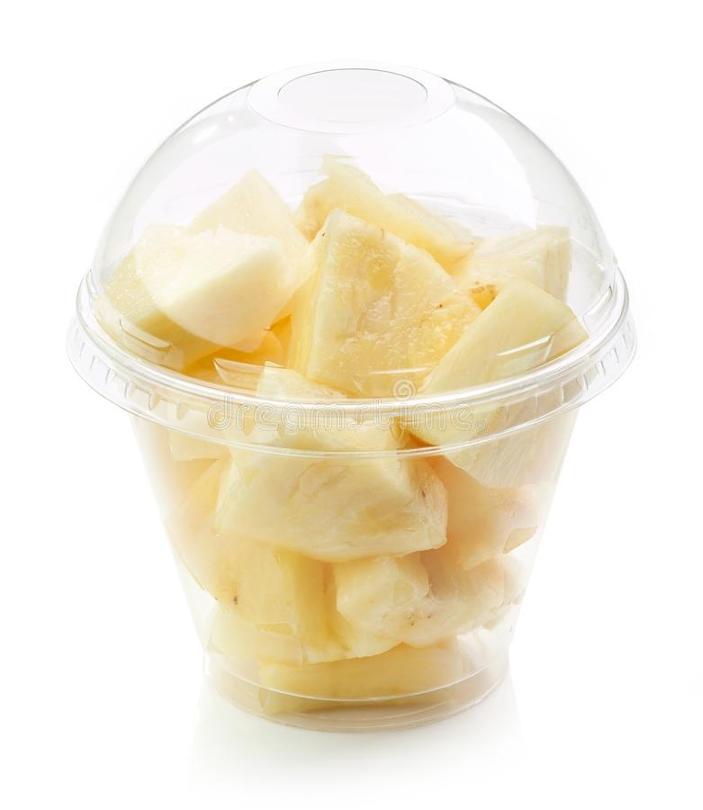 Свежий ананас соединяет салат в пластичной чашке стоковая фотография