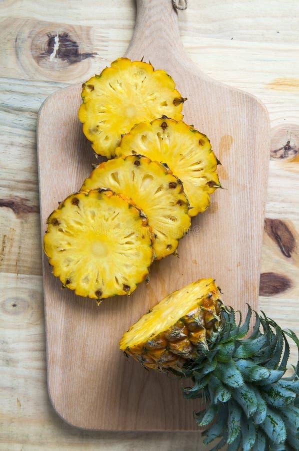 Свежий ананас с кусками на таблице стоковые фотографии rf